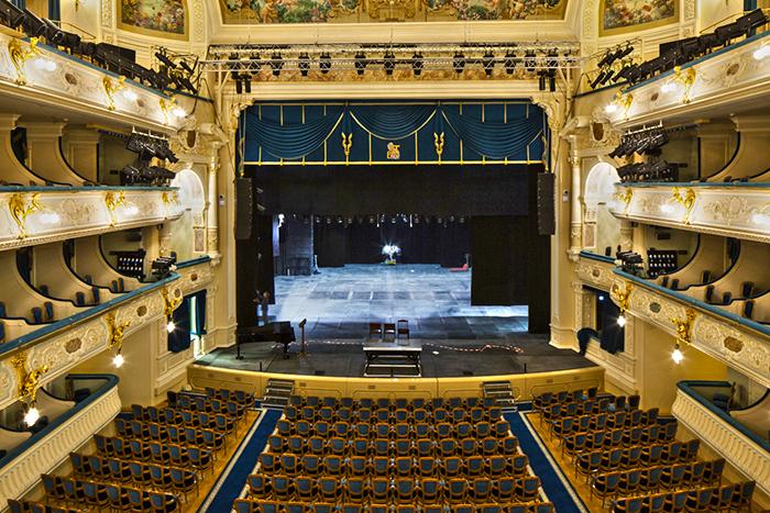 Зрительный зал и сцена театра