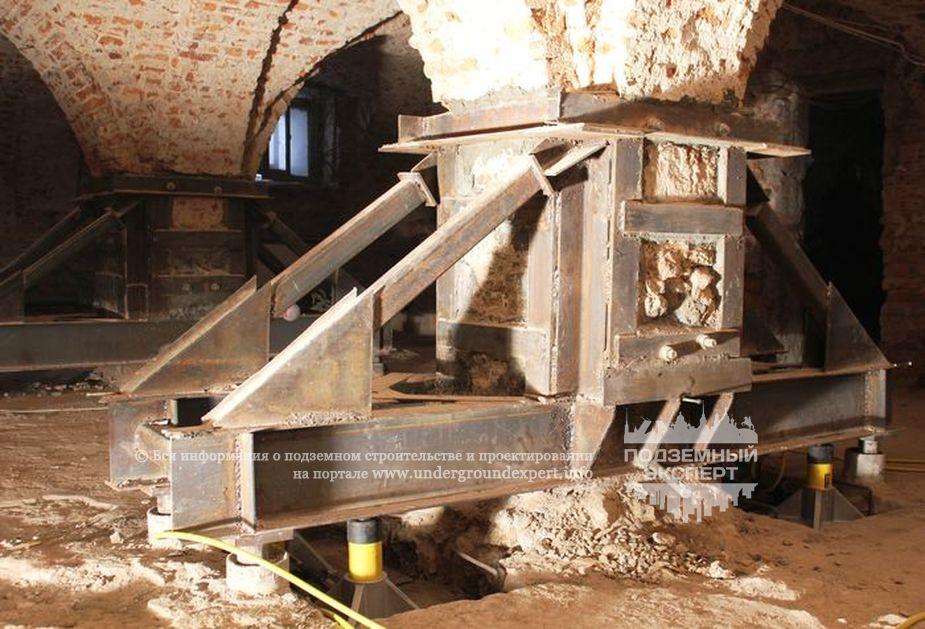 Установка гидравлических домкратов для вывешивания колонны