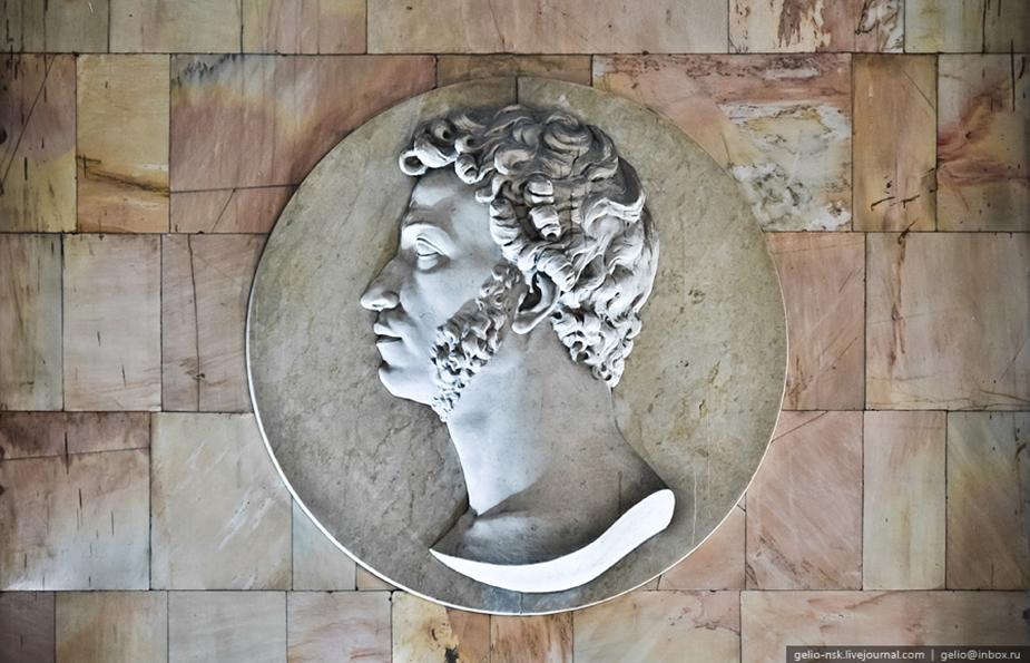 Барельефный медальон А. С. Пушкина
