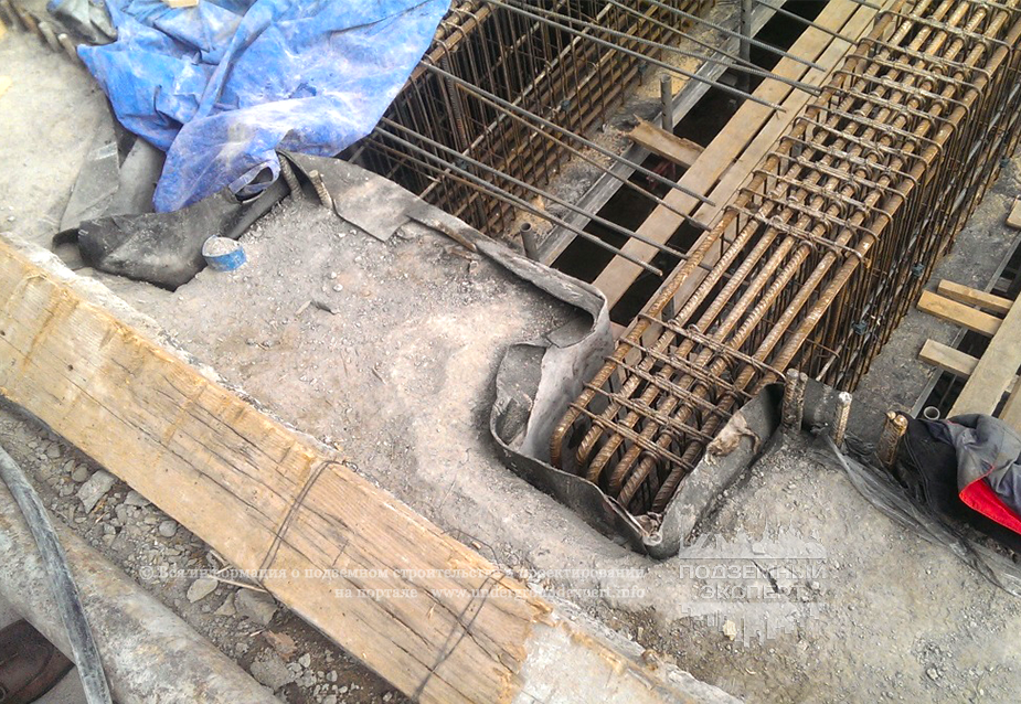 Опирание балок покрытия на стену в грунте