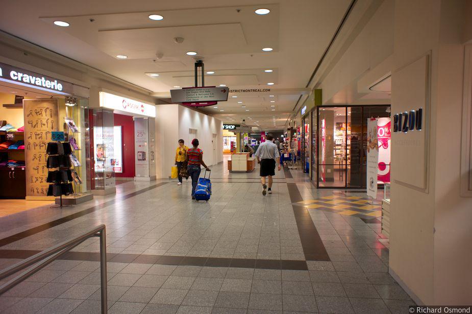 Подземный переход между двумя торговыми центрами Eaton Centre и Place Montreal Trust в Монреале