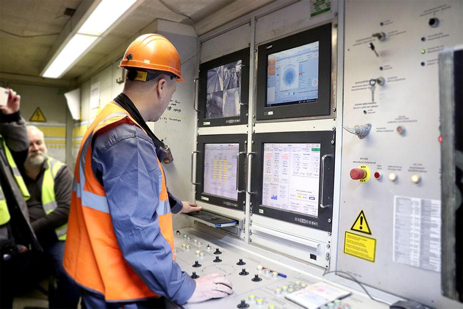 Специалисты компании Руслана Байсарова наблюдают за работой щита Специалисты компании Руслана Байсарова наблюдают за работой щита «Виктория»