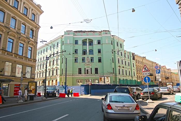 Фасад здания - вход в метро Адмиралтейская