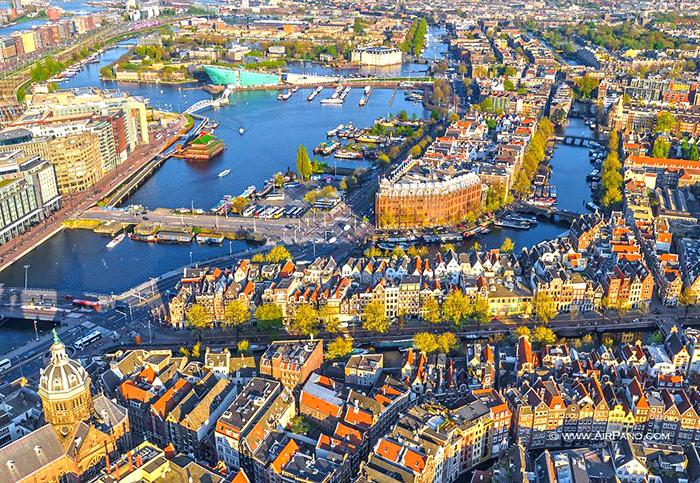 река Амстел в Амстердаме