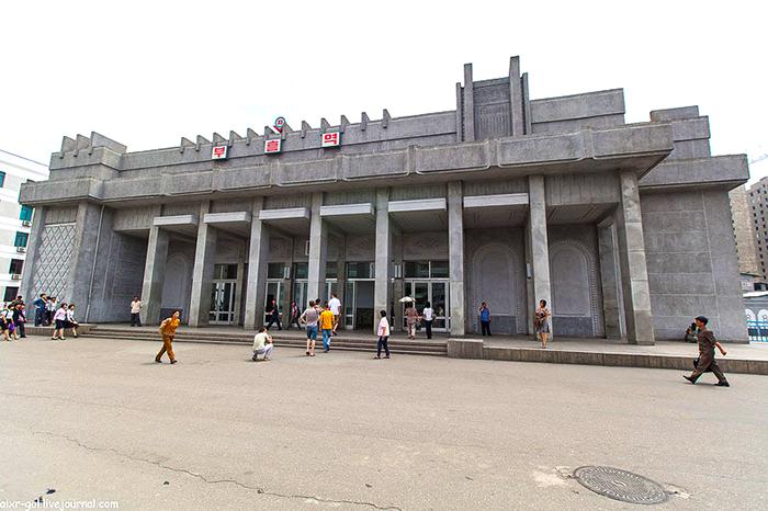 Наземный вестибюль метро в Пхеньяне