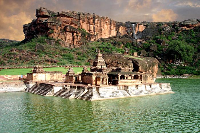 Комплекс пещерных храмов в Бадами