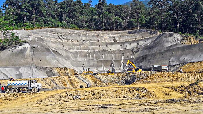 Строительство вручную тоннеля в Непале