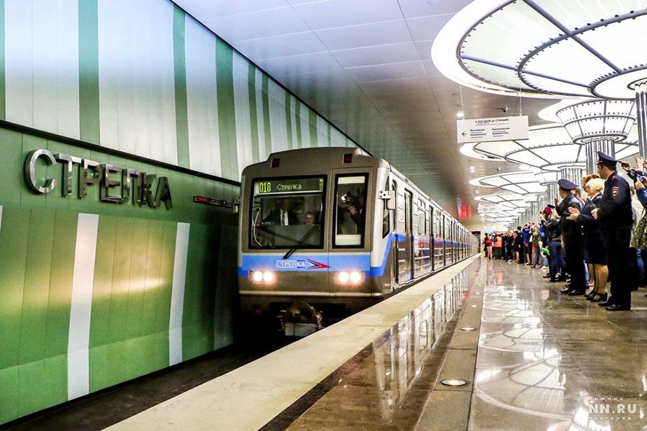 Первый поезд на станции метро Стрелка